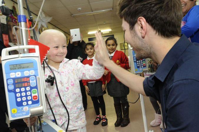 X-Factors-Kingsland-Road-bring-Christmas-cheer-to-Birmingham-Childrens-Hospital-6436210